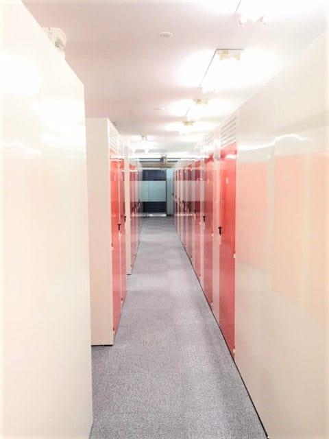名古屋の格安屋内トランクルーム、レンタルストレージ24堀田 夜の店舗内通路画像