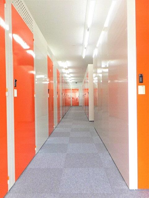 名古屋の格安屋内トランクルーム、レンタルストレージ24堀田 店舗内通路画像